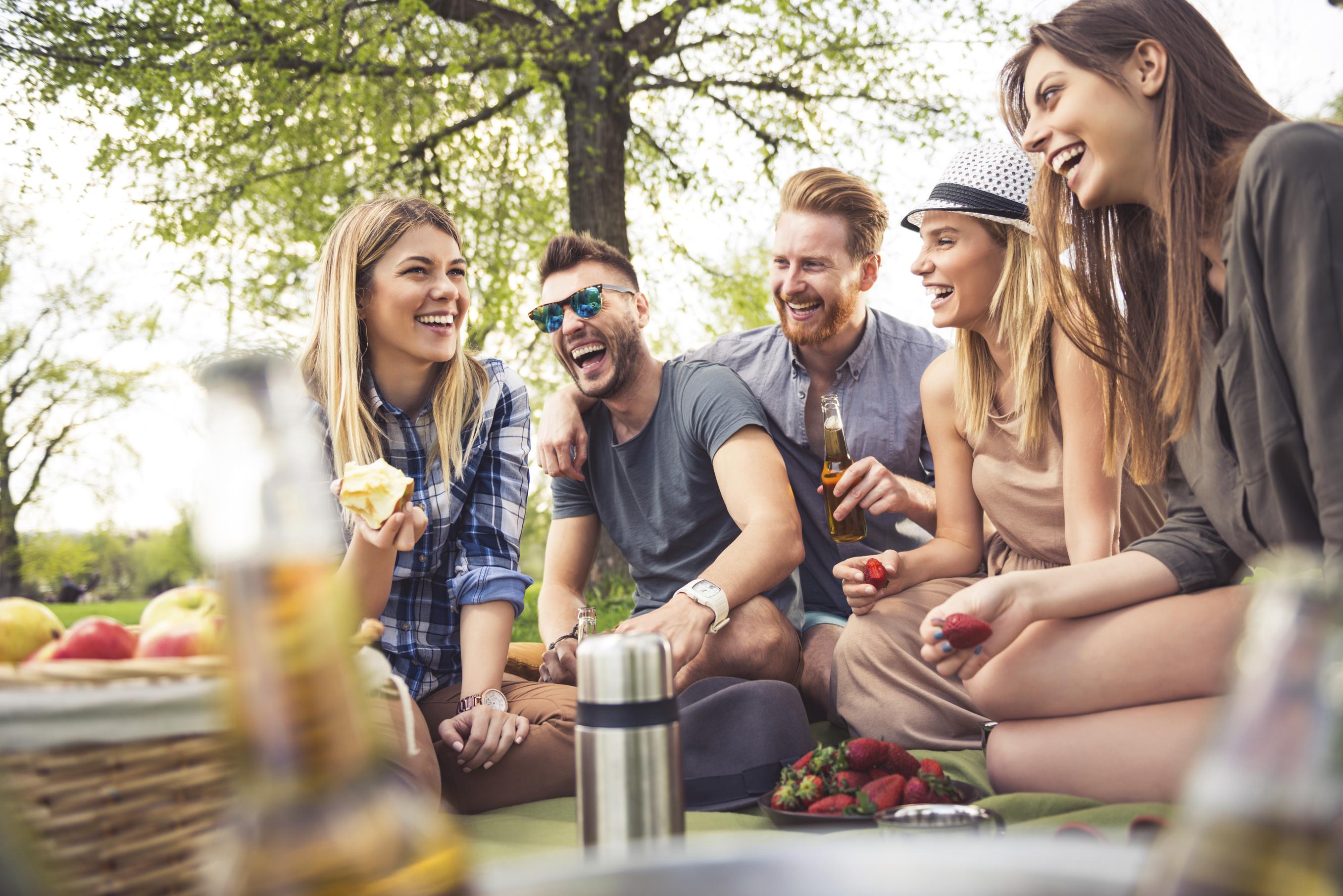 видео молодежи на пикнике отлавливали улицах